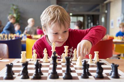 Enfant pendant un tournoi d'échecs